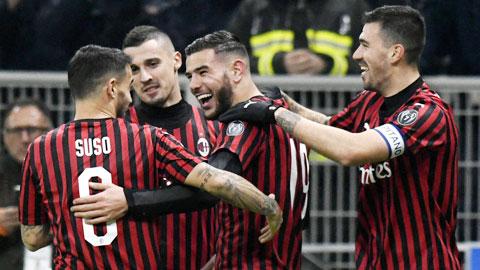 Các cầu thủ Milan ăn mừng thắng lợi 3-0 trước SPAL