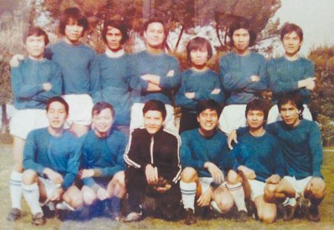 Đội cựu Sinh viên Việt Nam năm 1980 tại Rome, ông Nguyễn Dương Liên René (thủ quân) đứng giữa hàng trên.