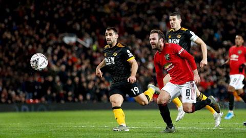 Mata (áo đỏ) là người ghi bàn thắng duy nhất để giúp Man United thắp lên tự tin trước trận gặp Liverpool
