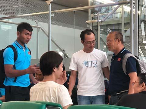 HLV Park Hang Seo và các học trò được đón chào tại sân bay - Ảnh: Đông Huyền