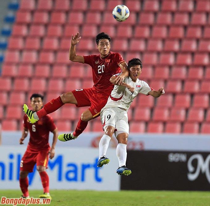 Hai đội thi đấu giằng co sau khi có tỷ số hòa 1-1 ở hiệp 1