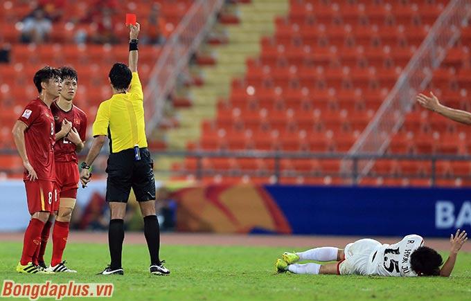 Đình Trọng nhận thẻ vàng thứ 2, bị truất quyền thi đấu. Trước đó, U23 Việt Nam bị thủng lưới bàn thứ 2 sau quả đá phạt đền của đối thủ