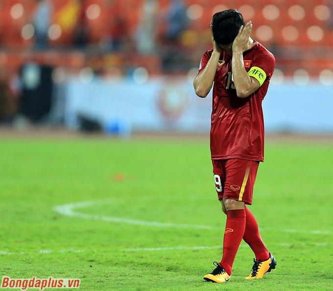 Anh từng nhận hàng tá danh hiệu ở các giải trẻ khu vực, châu lục. Nhưng ở giải đấu lứa U cuối cùng, trong vai trò đội trưởng, Quang Hải lại thất bại