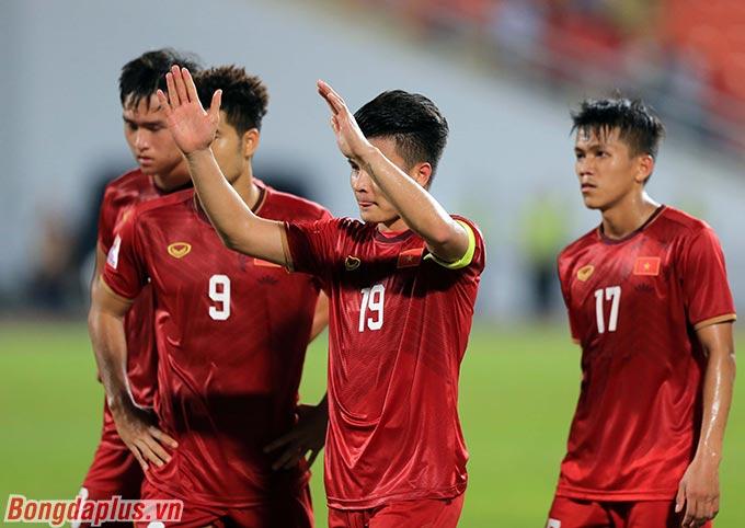 Anh và các cầu thủ U23 Việt Nam cảm ơn người hâm mộ đã đến sân Rajamangala cổ vũ. Dù vậy, Quang Hải cúi gằm, thất vọng