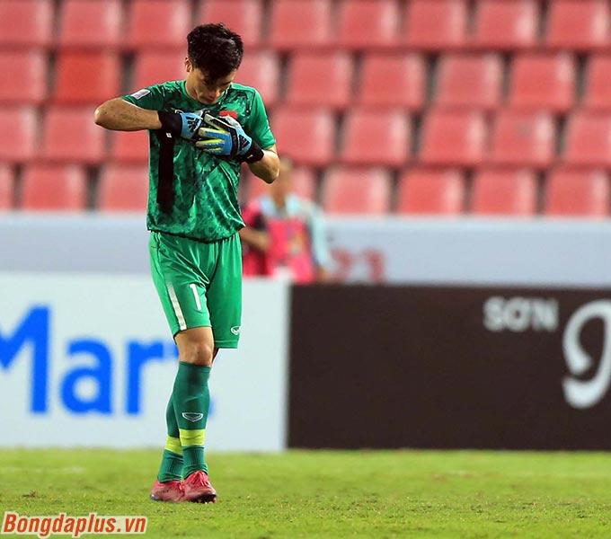 Thủ môn Tiến Dũng vẫn chưa hết trách mình sau sai lầm dẫn đến bàn thua cho U23 Việt Nam