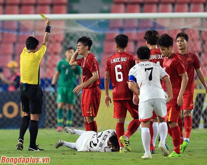 Đình Trọng nhận thẻ vàng sau một pha tranh chấp bóng bổng bình thường với cầu thủ U23 Triều Tiên. U23 Việt Nam chịu quả đá phạt cách cầu môn khoảng 27 mét
