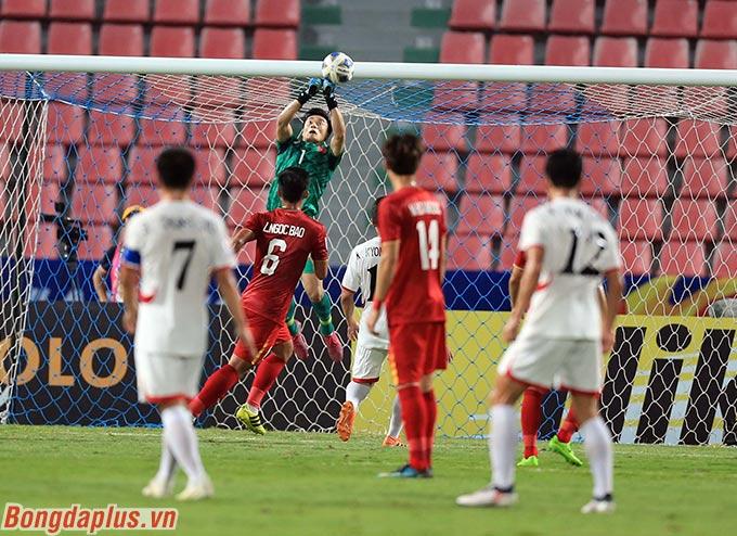 Thủ môn Tiến Dũng đấm bóng không chính xác sau quả đá phạt này dẫn đến việc U23 Việt Nam thủng lưới.