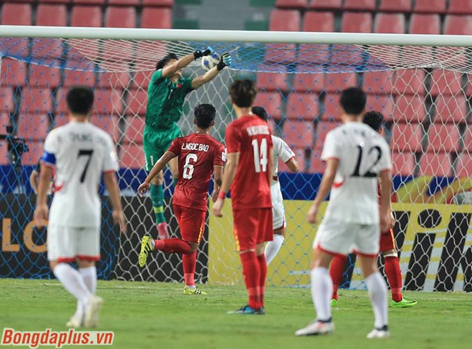 Tiến Dũng mắc sai lầm đáng tiếc trước U23 Triều Tiên - Ảnh: Minh Tuấn