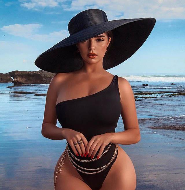 """Demi Rose sinh năm 1995. Cô tuychỉ cao 1m57 nhưng lại có 3 vòng bốc lửa 94-61-91. Cô được đặt nhiều biệt danh như """"Nữ hoàng nội y"""", Kim Kardashian phiên bản Anh..."""