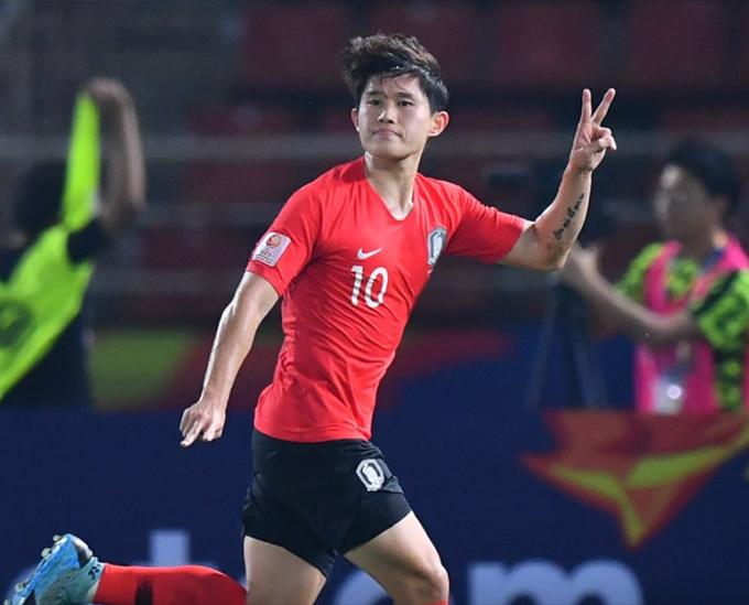 Cầu thủ U23 Hàn Quốc thực hiện quả đá phạt bằng vàng giúp đội nhà vào bán kết - Ảnh: AFC