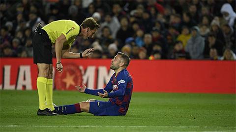 Hậu vệ Granada tố Barca luôn được trọng tài ưu ái