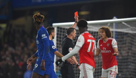 Luiz khiến đội nhà nhận 3 quả phạt 11m từ đầu mùa