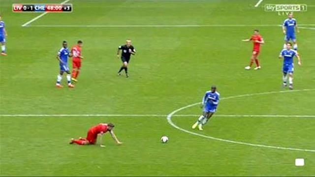 Pha trượt chân đáng tiếc của Gerrard