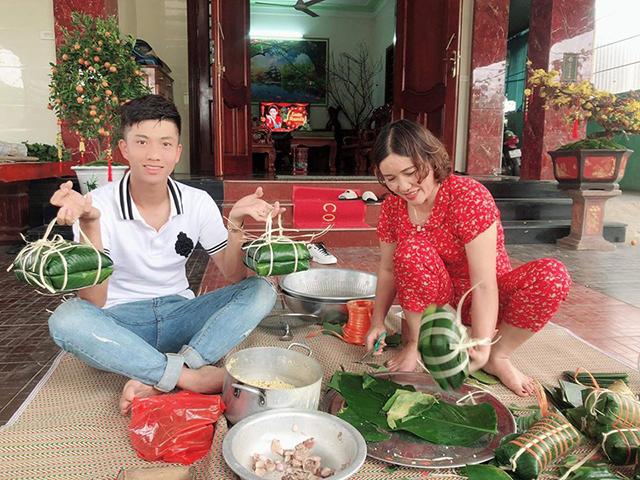 """Tiền đạo Phan Văn Đức khoe hình gói bánh chưng bên gia đình vợ. Ngày 6 Tết, Đức """"cọt"""" sẽ tổ chức lễ cưới với cô dâu Ngọc Linh"""
