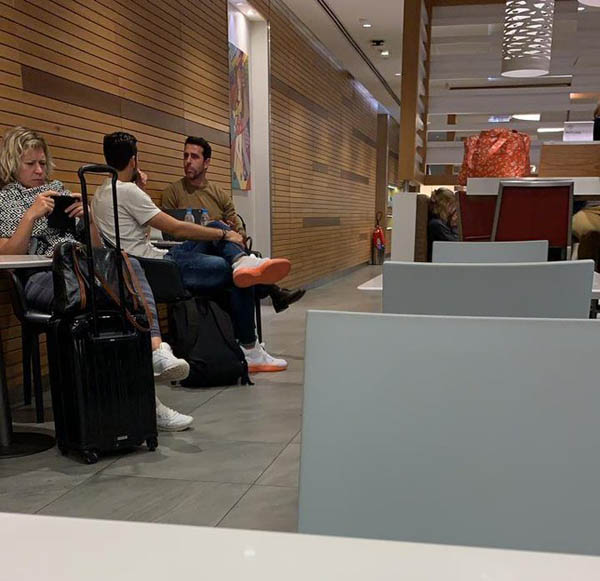 Hình ảnh Edu và Mari ngồi nói chuyện trong lúc chờ lên máy bay
