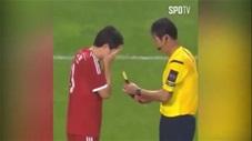 Khó tin: Trọng tài cho cầu thủ bịt mắt chọn thẻ