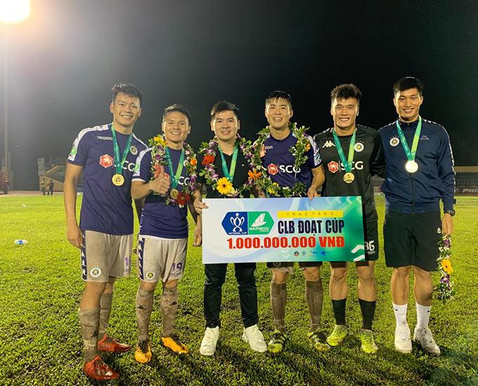 Ông Đỗ Vinh Quang (thứ ba từ trái sang) trở thành chủ tịch của CLB Hà Nội kể từ mùa giải 2020