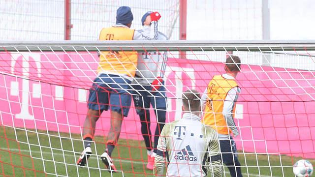 Goretzka lãnh trọn cú đấm của Boateng