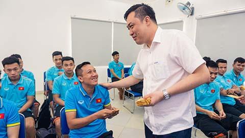 Phó chủ tịch VFF Cao Văn Chóng lì xì cho các thành viên trong đội - Ảnh: Khắc Điền