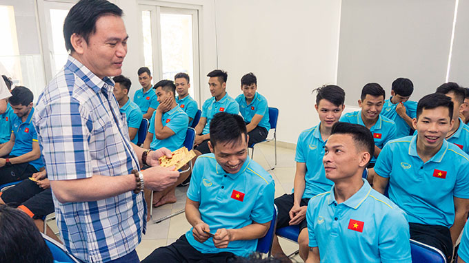 Ủy viên thường trực Trần Anh Tú động viên các cầu thủ - Ảnh: Khắc Điền