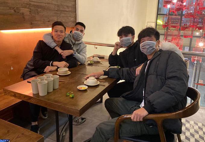 Đức Huy, Xuân Trường, Minh Long đeo khẩu trang khi gặp nhau