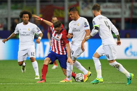 Tính ở La Liga, Real không thể quật ngã Atletico (áo sọc) trong cả 6 lần gần nhất đối đầu tại Bernabeu