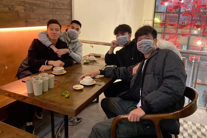 """Trong khi đó, Đức Huy, Xuân Trường, Thành Chung và Ngọc Hải đã kêu gọi """"an toàn trong cả lúc ăn"""""""
