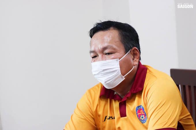 Trong lúc HLV Hoàng Văn Phúc của Sài Gòn FC lại khá căng thẳng