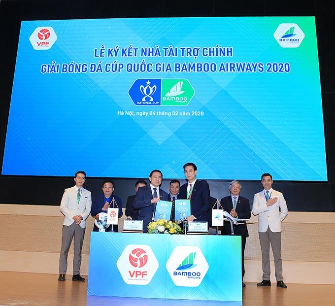 Đại diện lãnh đạo VPF và Bamboo Airways ký kết hợp tác tài trợ - Ảnh: Đức Cường