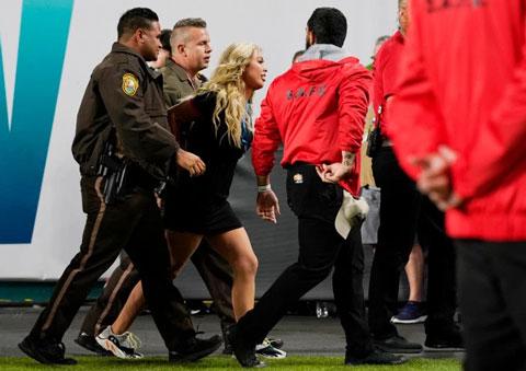 Kelly bị nhân viên an ninh áp giải ra khỏi sân