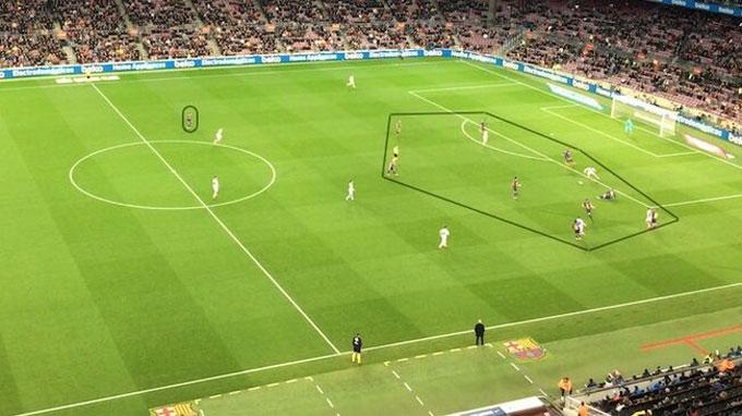 Messi đơn độc ngay trên sân