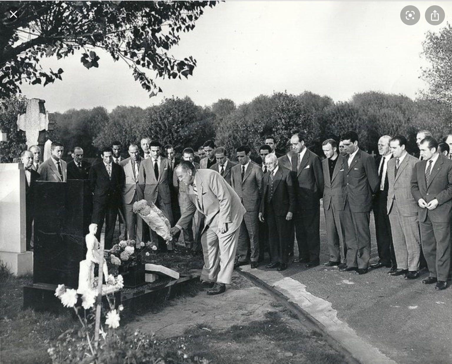 Chủ tịch Bernabeu và các danh thủ của Real đến viếng mộ của Edward Colman