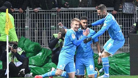 Đồng đội chia vui cùng Payet (giữa) sau khi anh ghi bàn đẹp mắt mở tỷ số cho Marseille vào lưới chủ nhà St.Etienne
