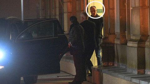 """Chủ tịch Said Chabane (khoanh tròn) bị cảnh sát đưa đi sau cáo buộc """"tấn công tình dục"""" 4 nhân viên CLB Angers"""