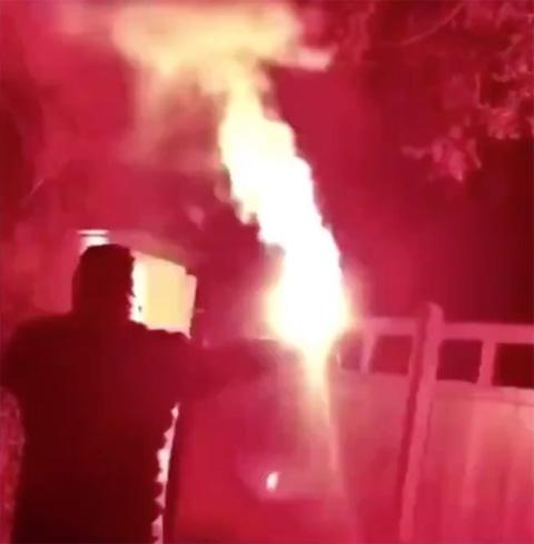 CĐV Man United ném pháo sáng vào nhà Woodward