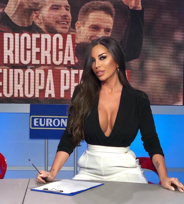 """Mới đây, Messina khiến cho cả Ngoại hạng Anh """"dậy sóng"""" khi dẫn chương trình liên quan tới bóng đá vào cuối tuần trước. Khi ấy, Floriana diện chiếc áo màu đen với điểm nhấn là bầu ngực đầy lấp ló ở phía sau"""