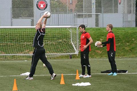 Một buổi hướng dẫn ném biên của Gronnemark tại FC Midtjyland