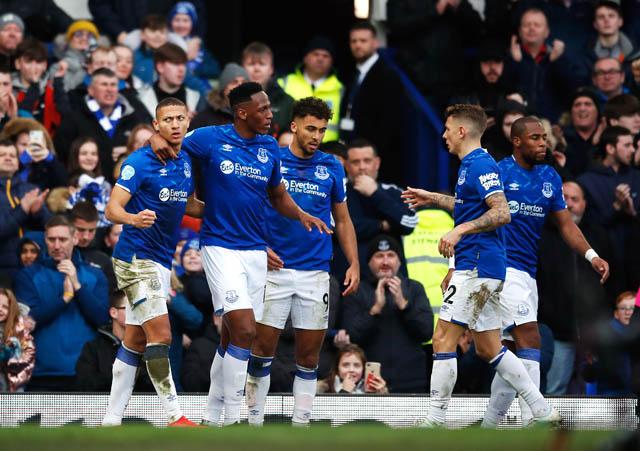 Richarlison (trái) ghi bàn ấn định chiến thắng cho Everton