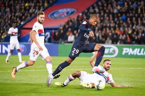 Những cuộc đối đầu giữa PSG (áo sẫm) với Lyon luôn diễn ra quyết liệt và có nhiều bàn thắng