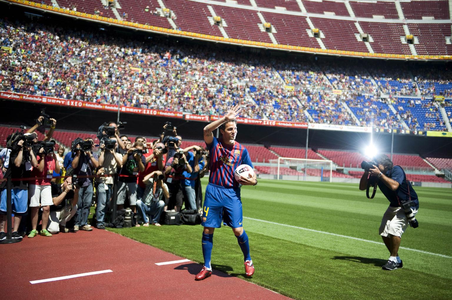 Fabregas mặc áo số 4 trong ngày tái ngộ Camp Nou, đúng theo lời chúc của cựu số 4 Pep Guardiola