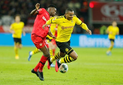 Dortmund (áo vàng) đã thua Leverkusen vì căn bệnh cũ tái phát: công làm, thủ phá