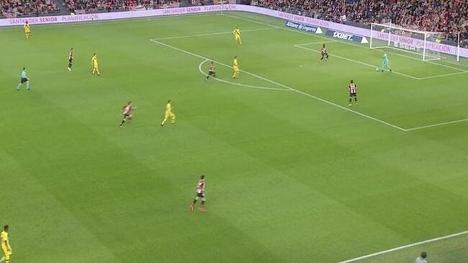 Pressing ngay ở 1/3 sân đối phương là cách các đội áp dụng để hóa giải lối chơi triển khai bóng từ phần sân nhà