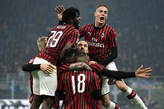 Niềm vui của các cầu thủ Milan sau khi Ibra ghi bàn
