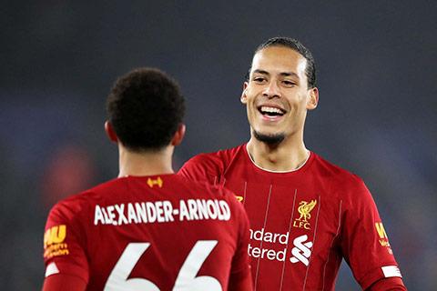 Virgil van Dijk vẫn đang chứng tỏ là 'người khổng lồ' ở hàng thủ Liverpool
