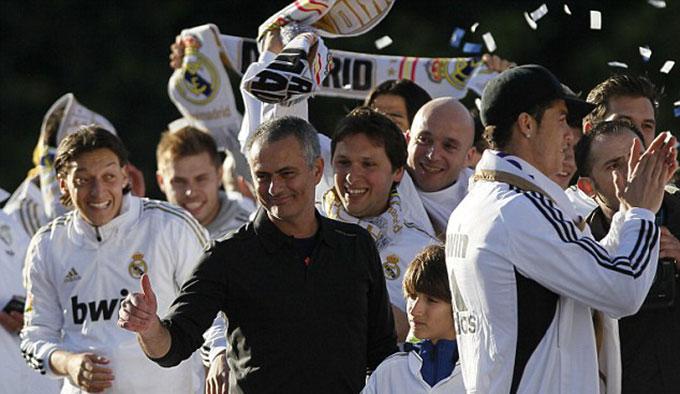 Ronaldo ăn mừng chức vô địch La Liga bên cạnh Mourinho
