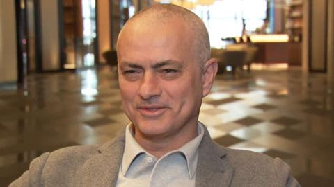 Mourinho thừa nhận vì ngủ quên mà 'tóc gió thôi bay'