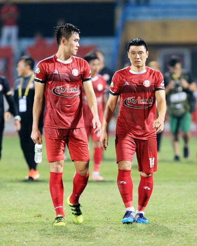 Tiền vệ Văn Thuận (phải) chấn thương nghỉ thi đấu khiến tuyến giữa CLB TP.HCM bị suy yếuẢnh: ĐỨC CƯỜNG