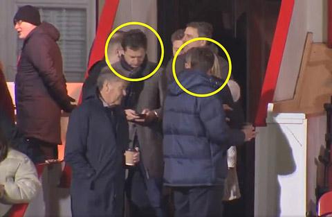 Pochettino (khoanh vàng bên phải) bị bắt gặp xuất hiện cùng Neil Ashton, cố vấn PR của Man United