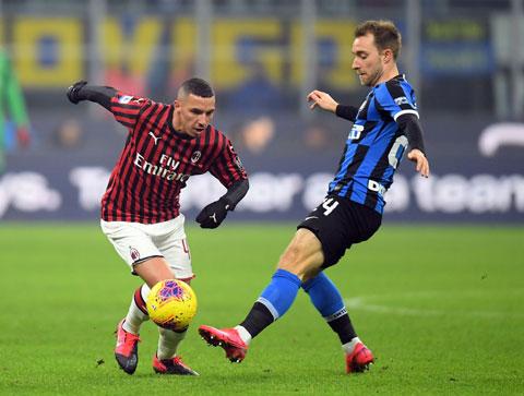 Bennacer (trái) thi đấu rất cố gắng ở derby Milan mới đây