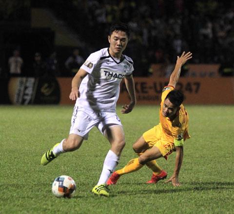 Tiền vệ Xuân Trường (trái)  Ảnh: Phan Tùng